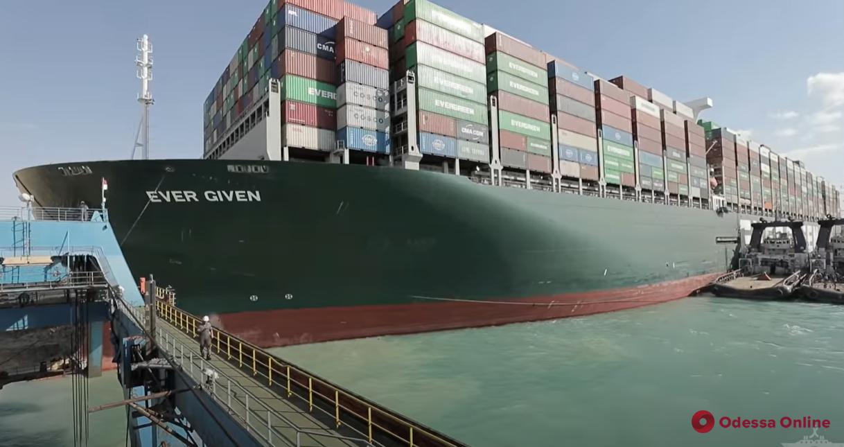 Заблокировавший Суэцкий канал гигантский контейнеровоз сняли с мели (видео)