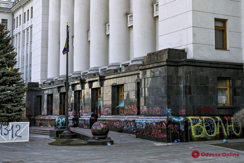Во время акции в поддержку Стерненко зданию Офиса президента нанесены повреждения на два миллиона