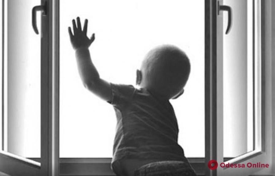 В Одессе из окна многоэтажки выпал 4-летний мальчик