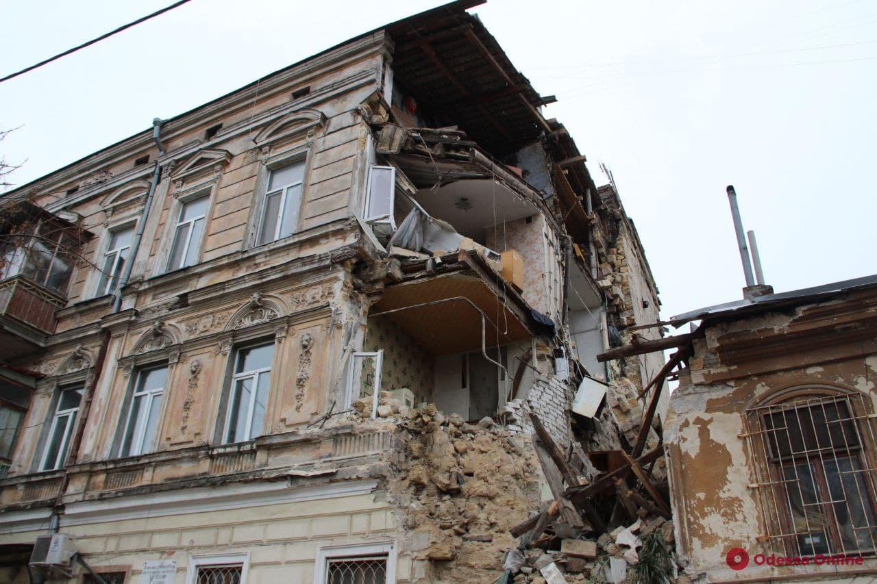 На Нежинской ночью обрушился дом (фото, видео, обновлено)