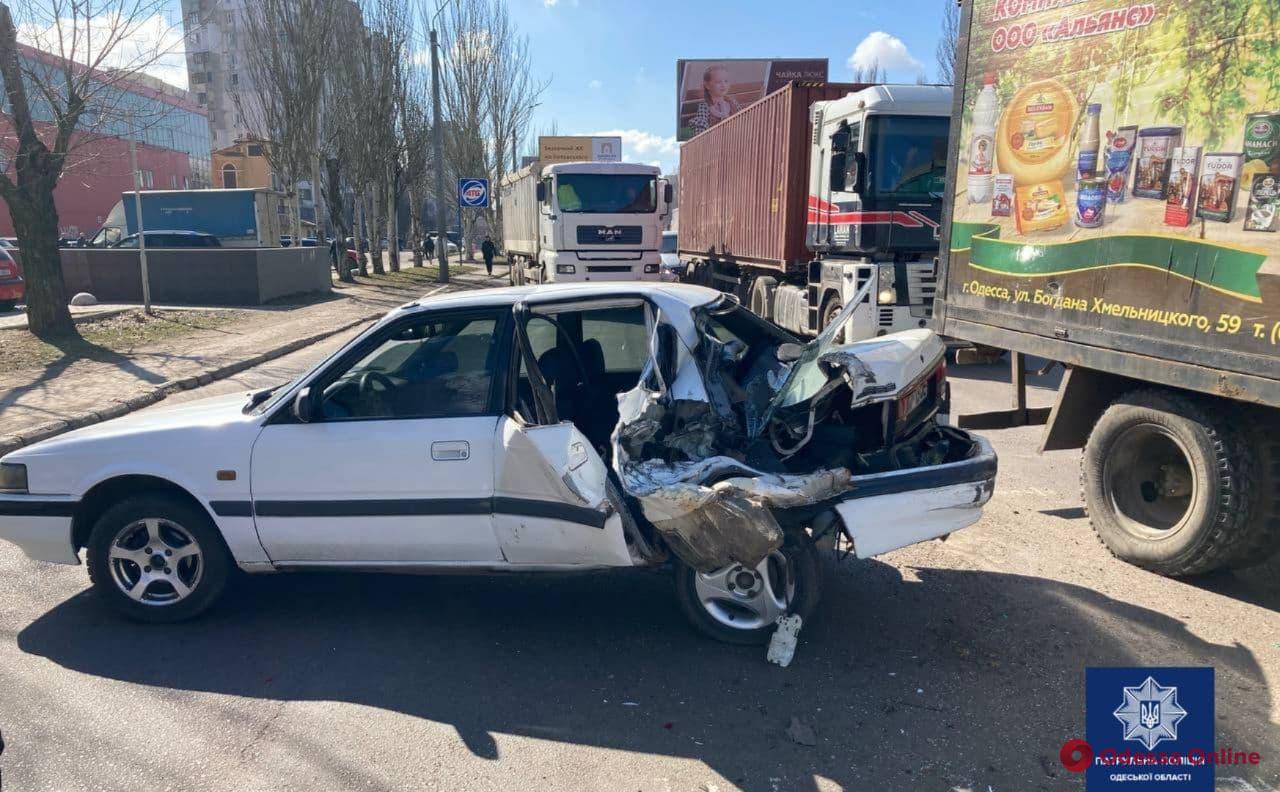 На поселке Котовского столкнулись грузовик и легковушка