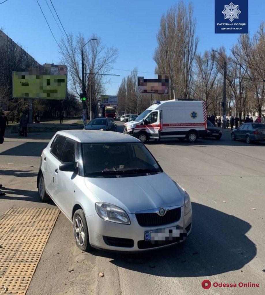 На поселке Котовского столкнулись легковушка и автомобиль скорой помощи
