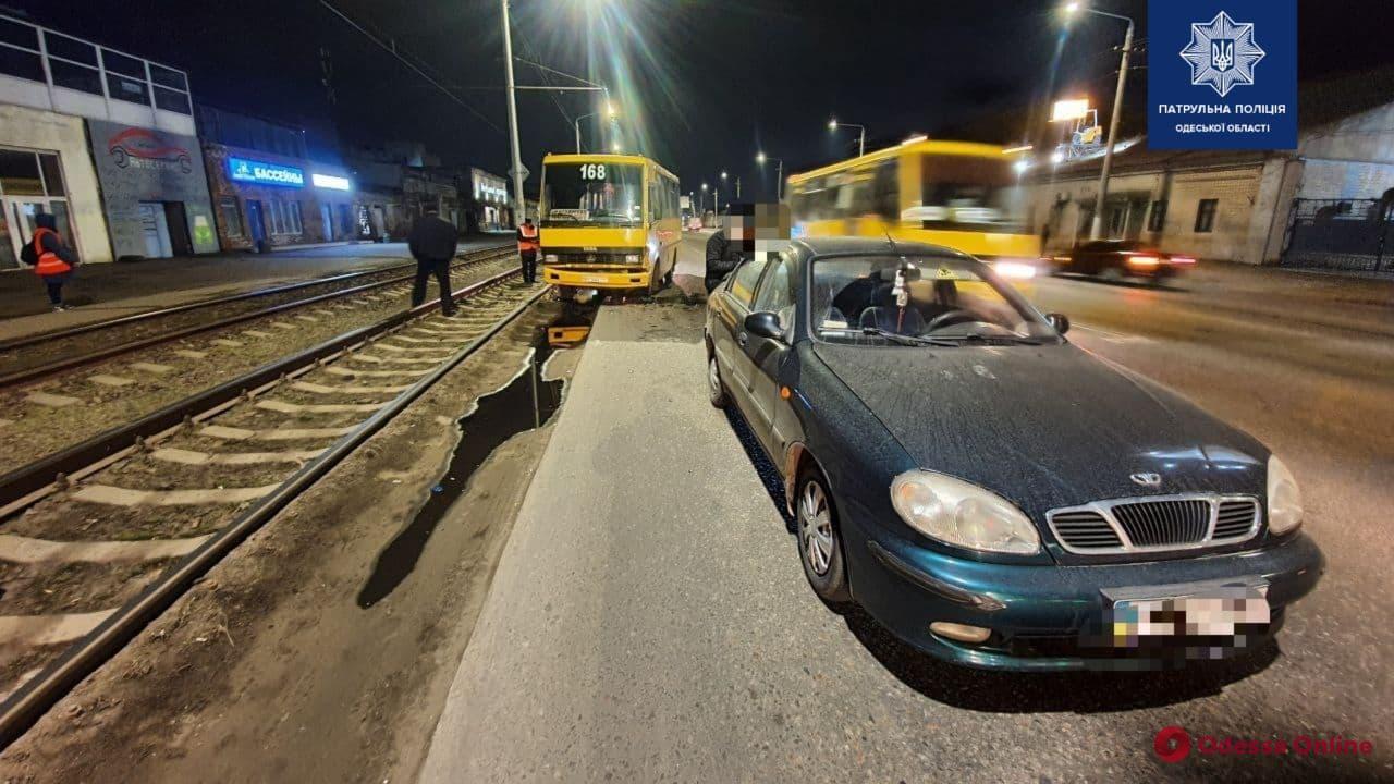 На Николаевской дороге столкнулись маршрутка, легковушка и трамвай (фото)