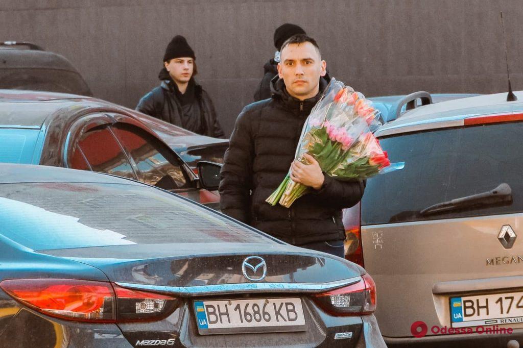 Одесситы с утра спешат поздравить своих женщин с 8 марта (фоторепортаж)