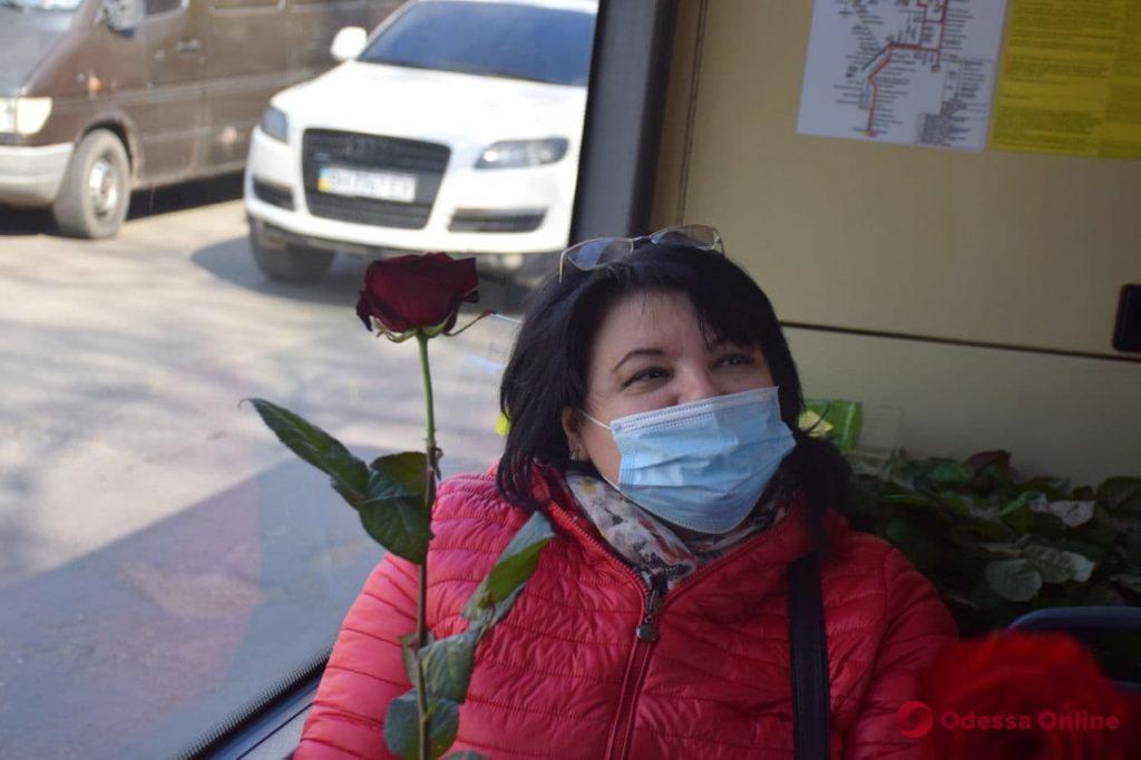 Бесплатный проезд и розы: в Одессе женщин поздравили в троллейбусе (фоторепортаж)