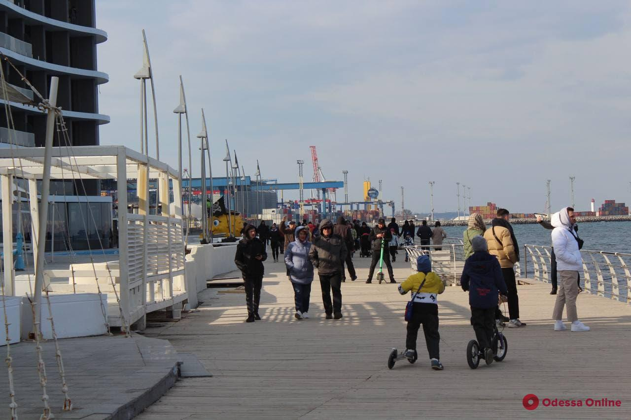 Пробки возле парка Шевченко и заполненные пляжи: многие одесситы выбрались на праздник к морю (фото)