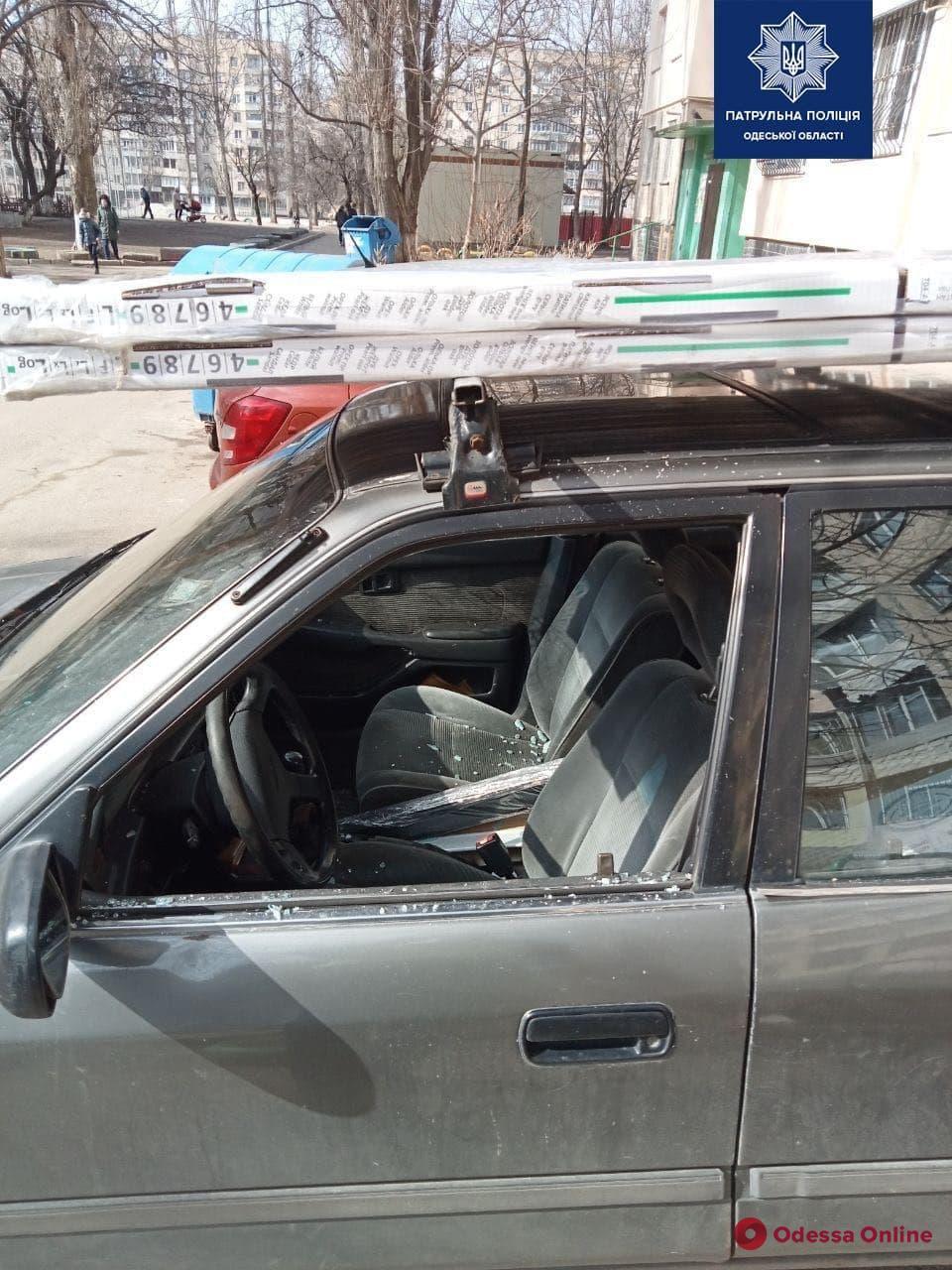 На поселке Котовского пьяный неадекват устроил ДТП, разбил авто бутылкой и угрожал прохожим ножом