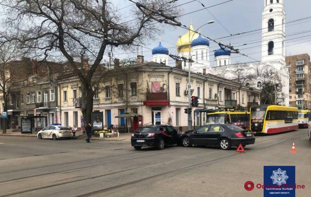 Из-за ДТП в центре Одессы парализовано движение трамваев и троллейбусов (обновлено)