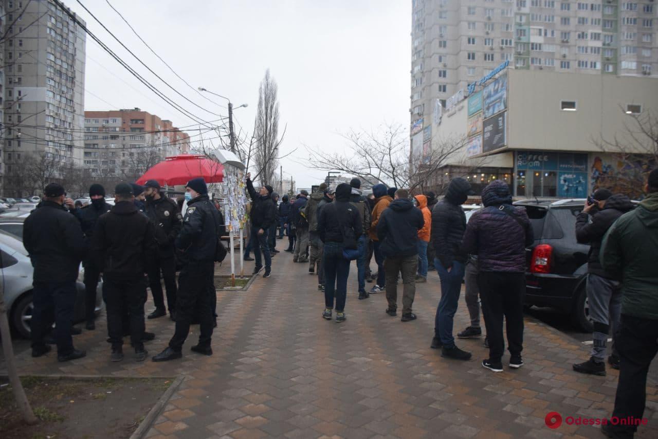 Избиение ветерана АТО: нападавшие снова не пришли на встречу с активистами, зато к протесту присоединились местные жители