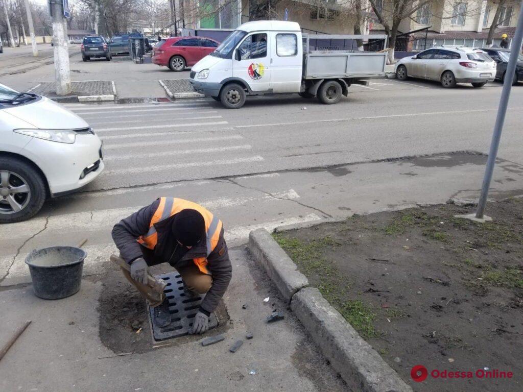 В Одессе неизвестные украли девять чугунных решеток дождеприемников