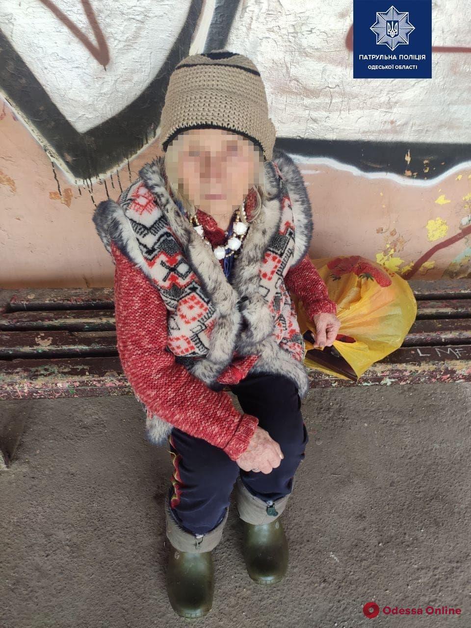 Одесские патрульные вернули домой потерявшуюся пожилую женщину