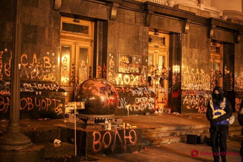 Сторонники Стерненко разрисовали Офис президента, написав, что Зеленский — лох