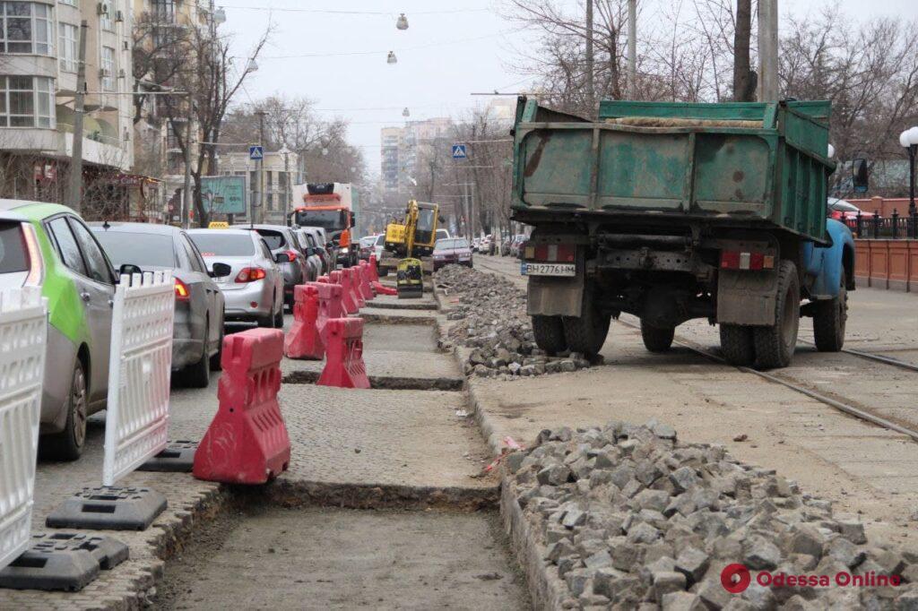 В Одессе на Французском бульваре начался ремонт дорожного покрытия (фото)