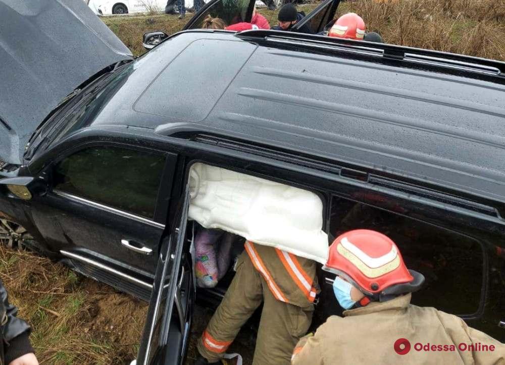 Под Одессой автомобиль слетел в кювет – пострадали два человека