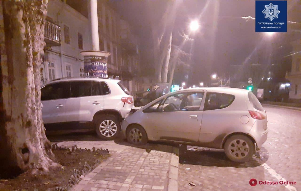 На Пушкинской Mitsubishi врезался в припаркованный Volkswagen