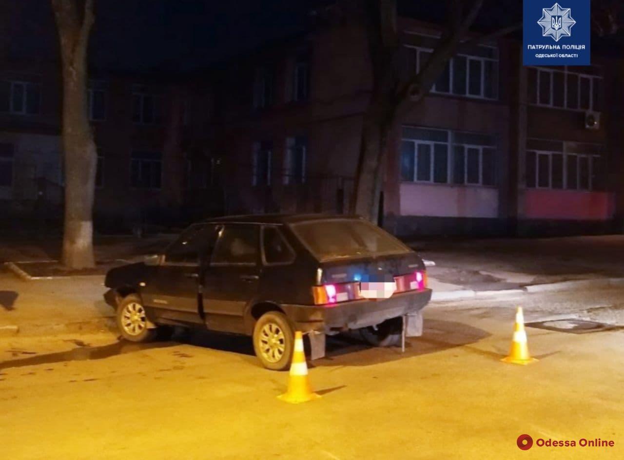 В Одессе лишенный прав пьяный водитель уходил от погони и врезался в дерево