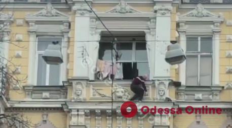 В центре Одессы мужчина отважно спасал кота (видео)