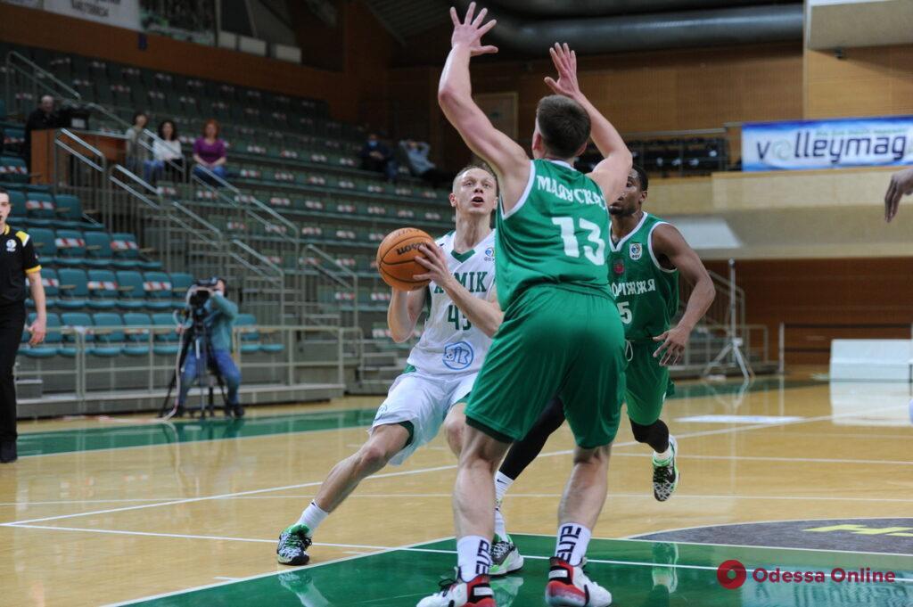 Баскетбол: двойной успех «Химика», два поражения «Одессы»