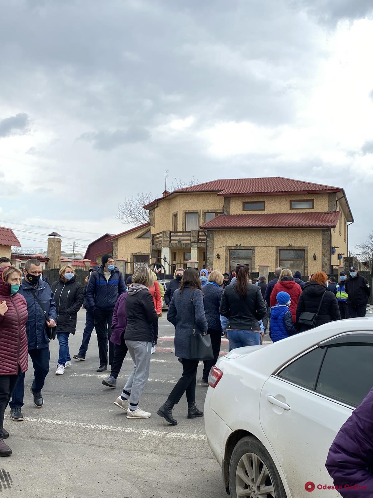 Жители Ленпоселка перекрывали дорогу — в домах военного городка больше десяти дней нет воды (видео)