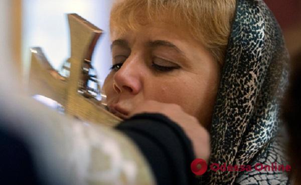 Кабмин запретил украинцам целовать на Пасху кресты и иконы в храмах