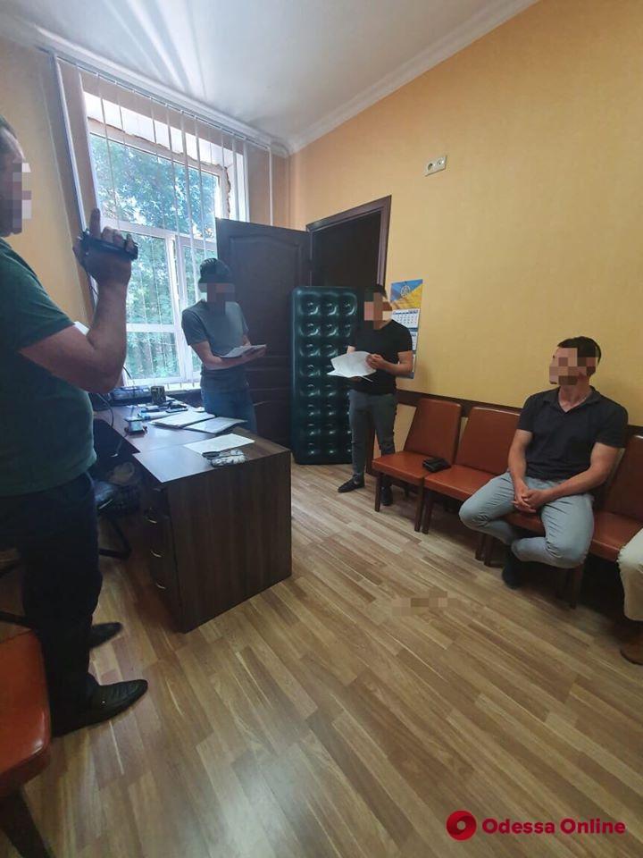 Шантаж и конспирация: одесский СБУшник оказался на скамье подсудимых за вымогательство 50 тысяч долларов