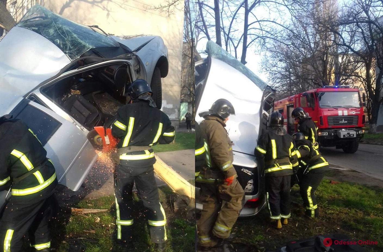 В Одессе легковушка влетела в дерево — водитель в тяжелом состоянии