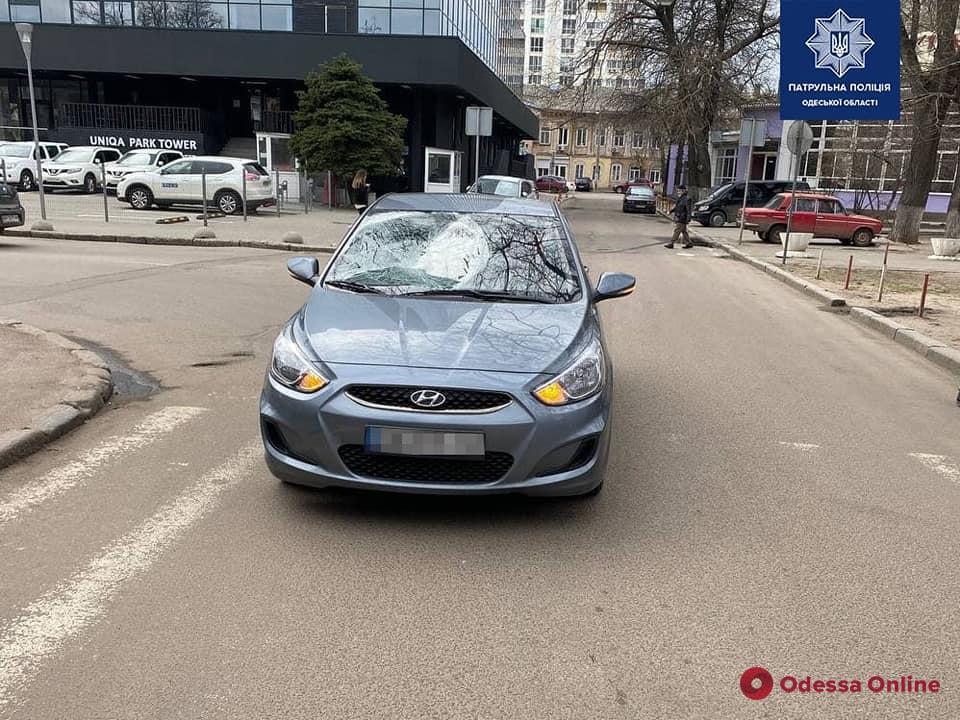 В центре Одессы автомобиль Hyundai на пешеходном переходе сбил трех парней и скрылся