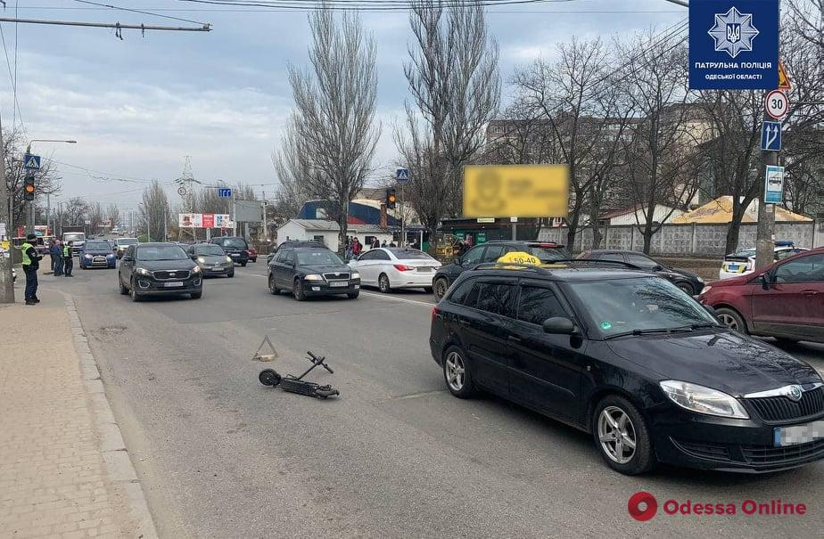 В Одессе легковушка сбила парня на электросамокате