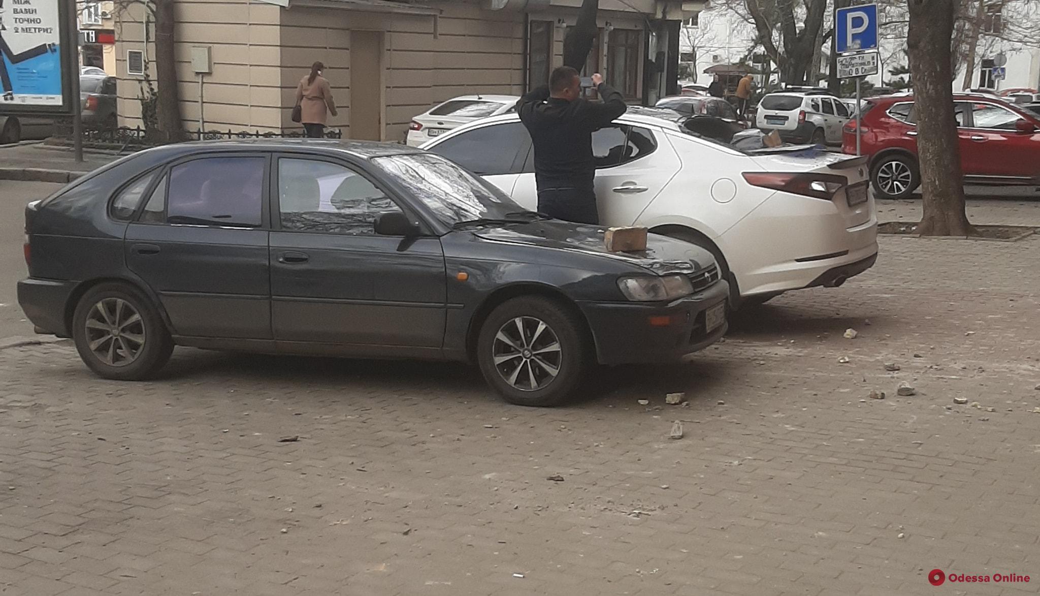 В Одессе камни с фасада бывшего кинотеатра обвалились на припаркованные авто