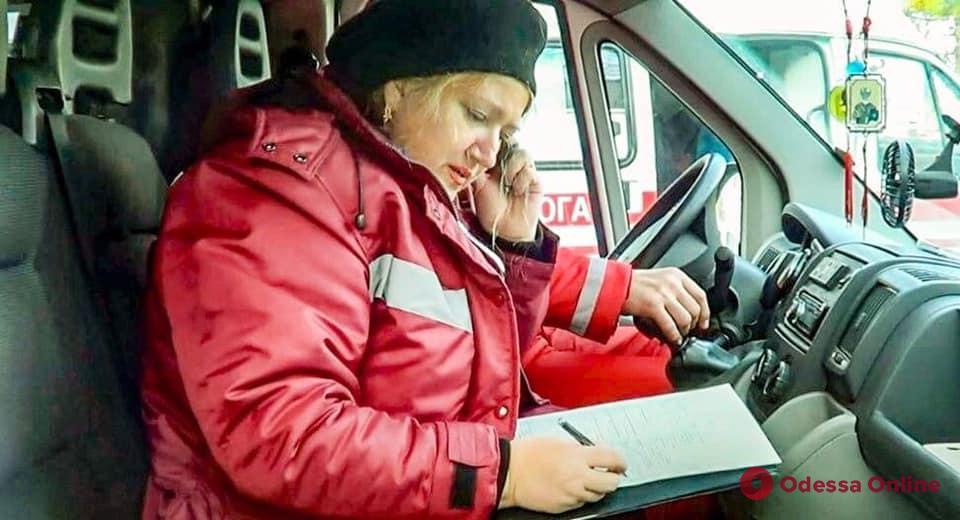 Кортеж из «скорых»: в Черноморске медики трогательно попрощались с умершей коллегой (видео)