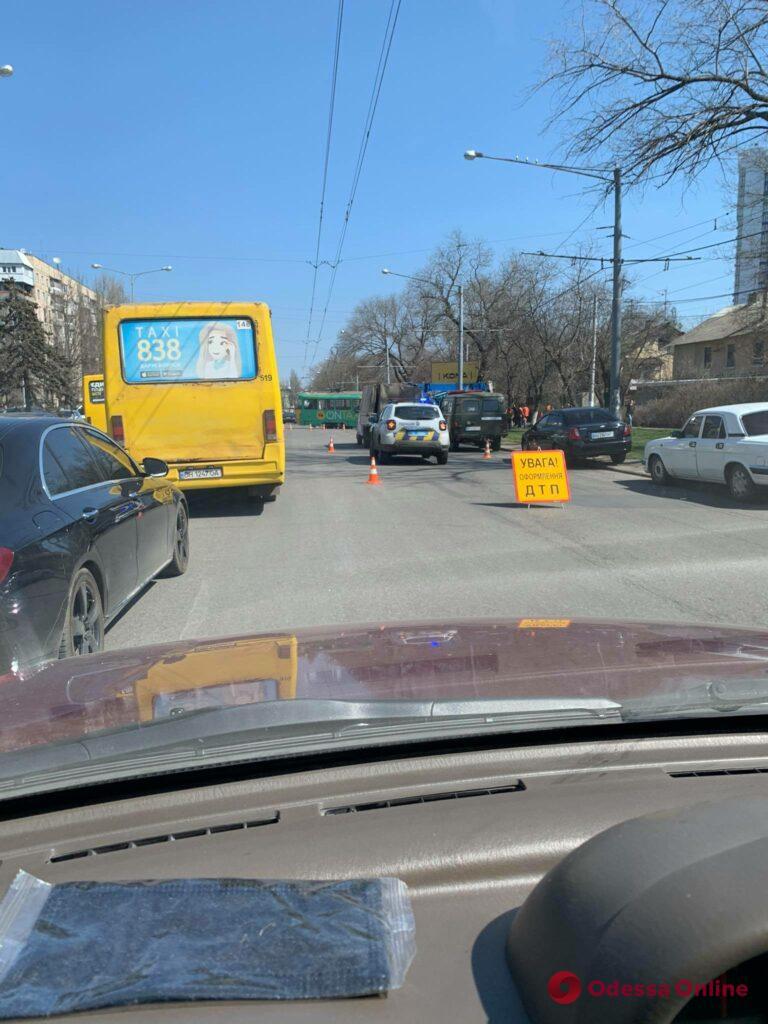 На Люстдорфской дороге трамвай сошел с рельсов (фото, обновлено)