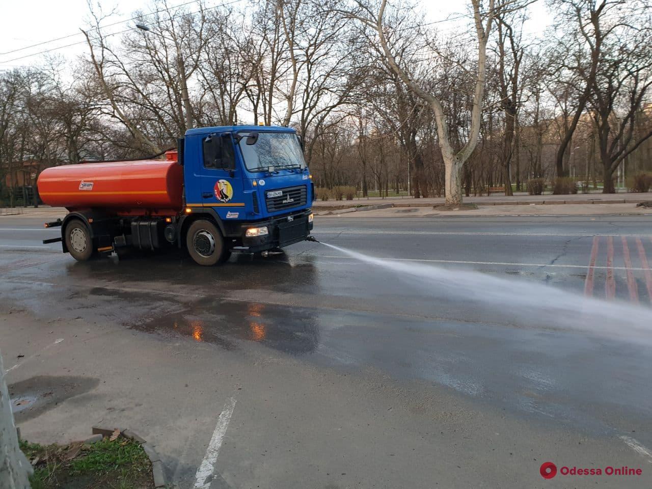 В Одессе стали мыть основные городские дороги