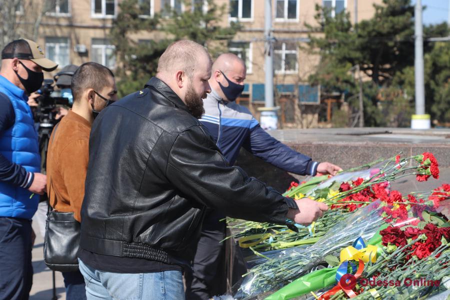 В Одессе к стеле на площади 10 Апреля возложили цветы (фото)