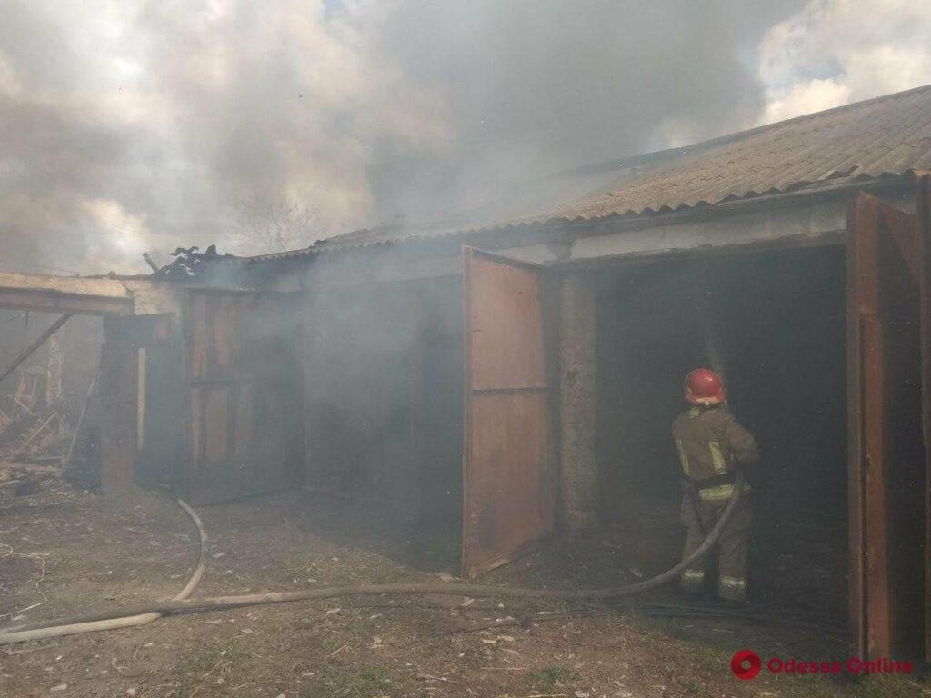 В Одесской области тушили пожар на заброшенной тракторной бригаде