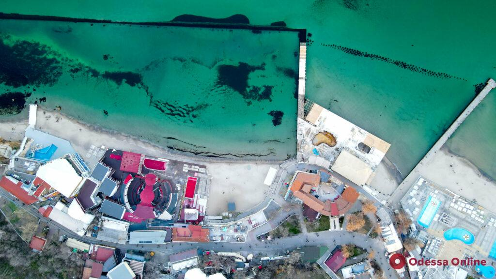 На пляже в Аркадии демонтируют незаконный настил