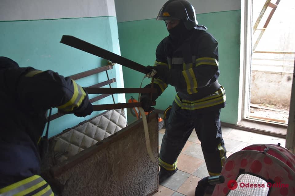 В многоэтажке на Таирова частично оборвалась бетонная плита балкона