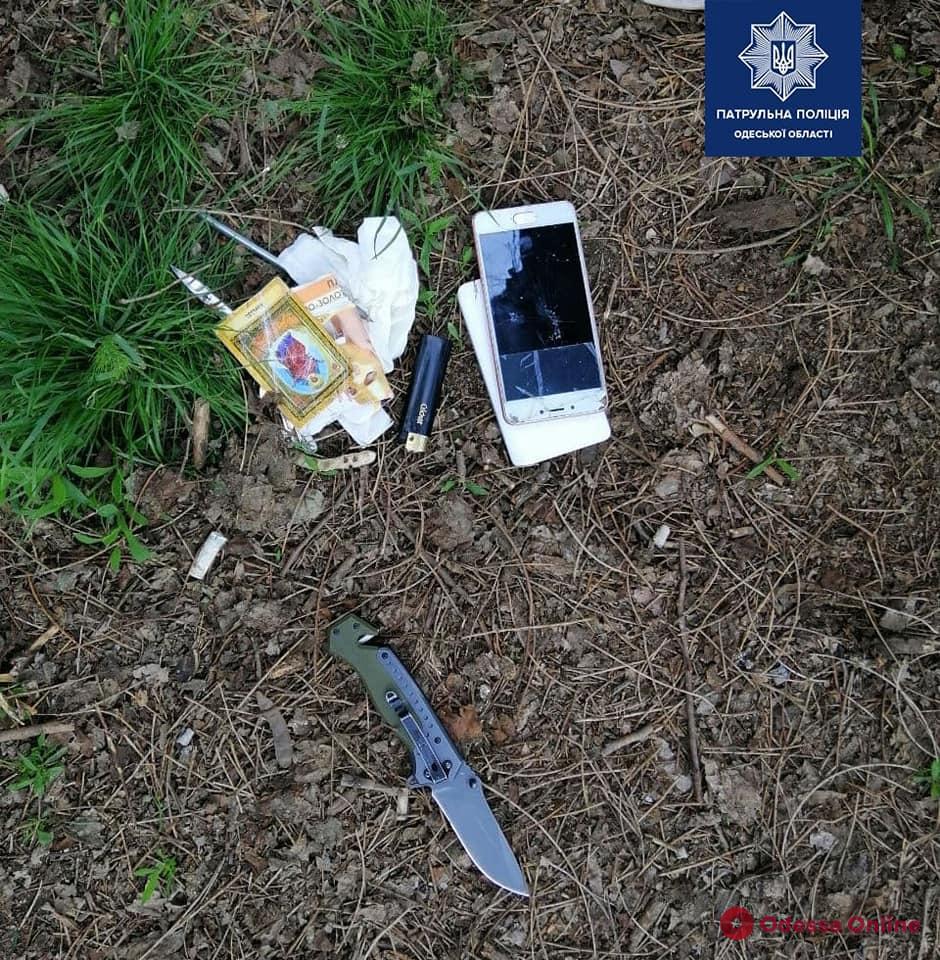 Возле «Привоза» мужчина обчистил машину и угрожал ее владельцу ножом