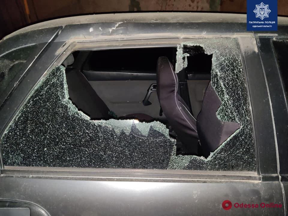 Кричал и крушил машину: в Одессе поймали хулигана