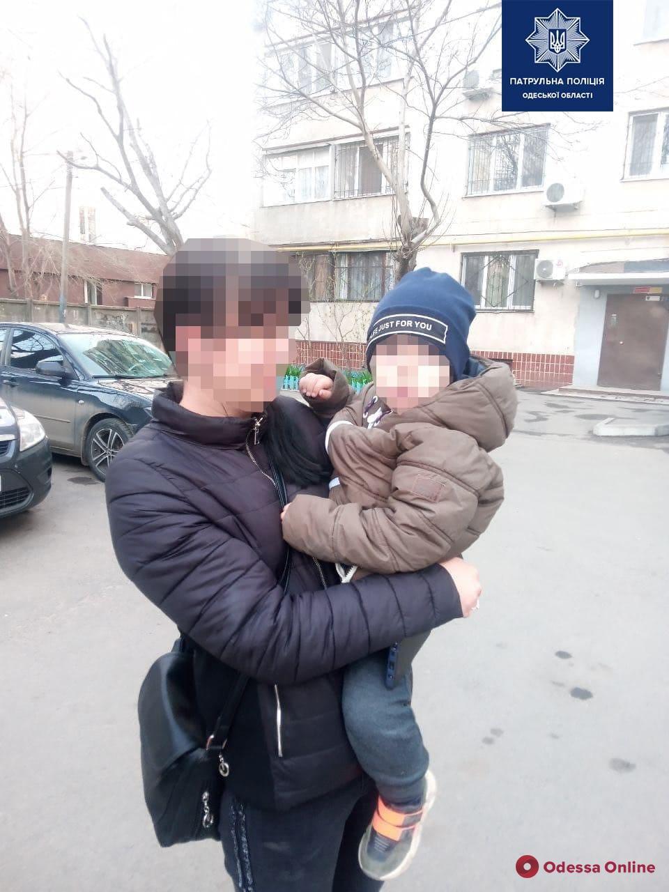 Одесские патрульные вернули домой потерявшегося мальчика