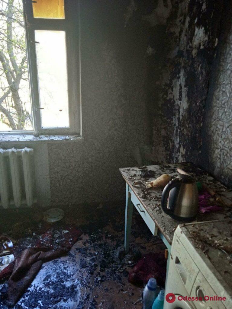 Пожар в Теплодаре: из-за сгоревшего холодильника спасатели эвакуировали жильцов 5-этажного дома (фото)