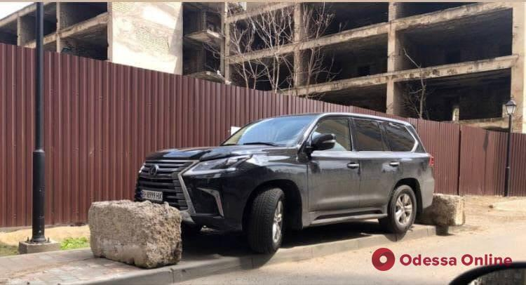 Наказали бетонными блоками: в Аркадии заблокировали внедорожник Lexus (фото)