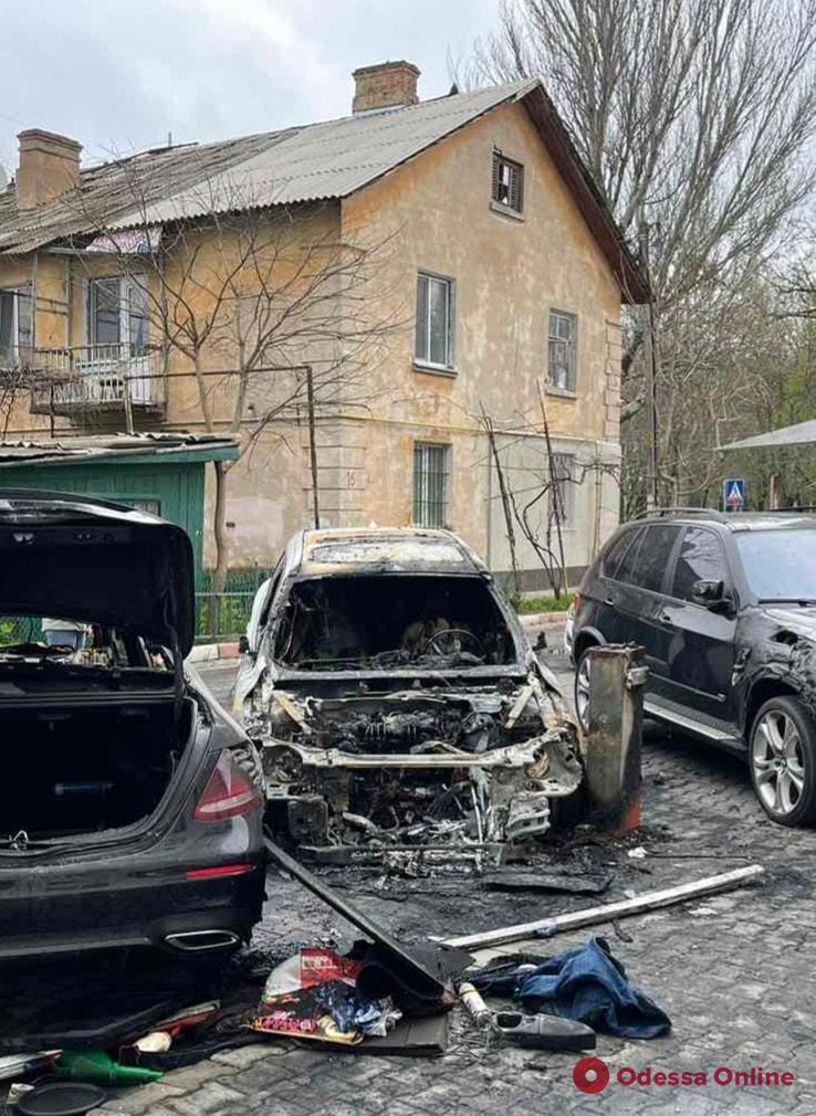 Ночной поджог: сгоревший автомобиль принадлежит семье экс-прокурора Одесской области