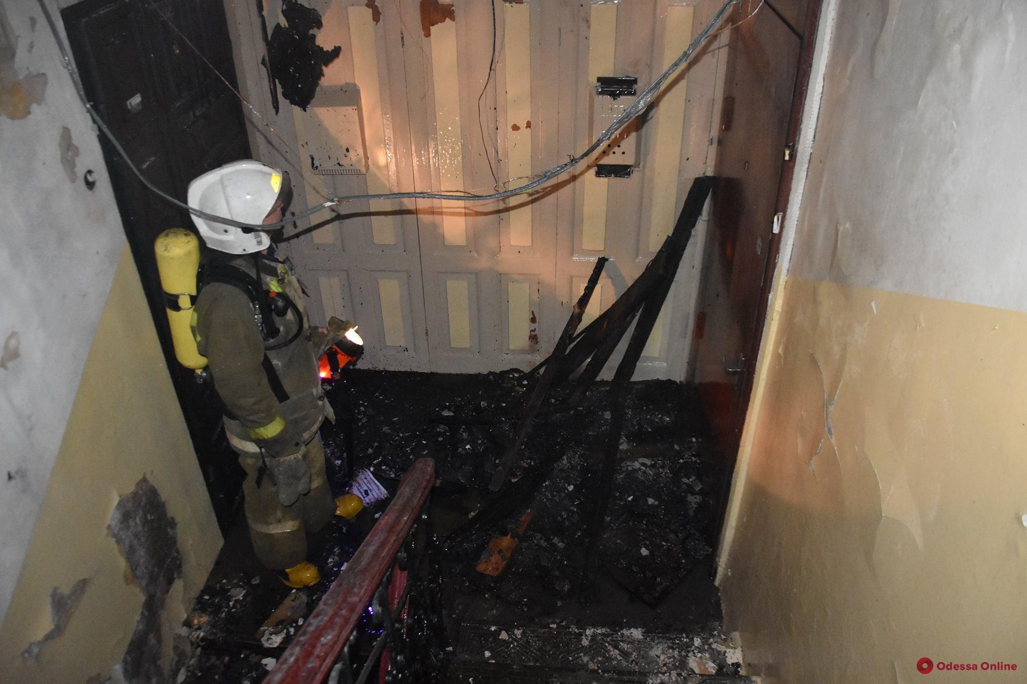 В центре Одессы горела парадная жилого дома (фото)