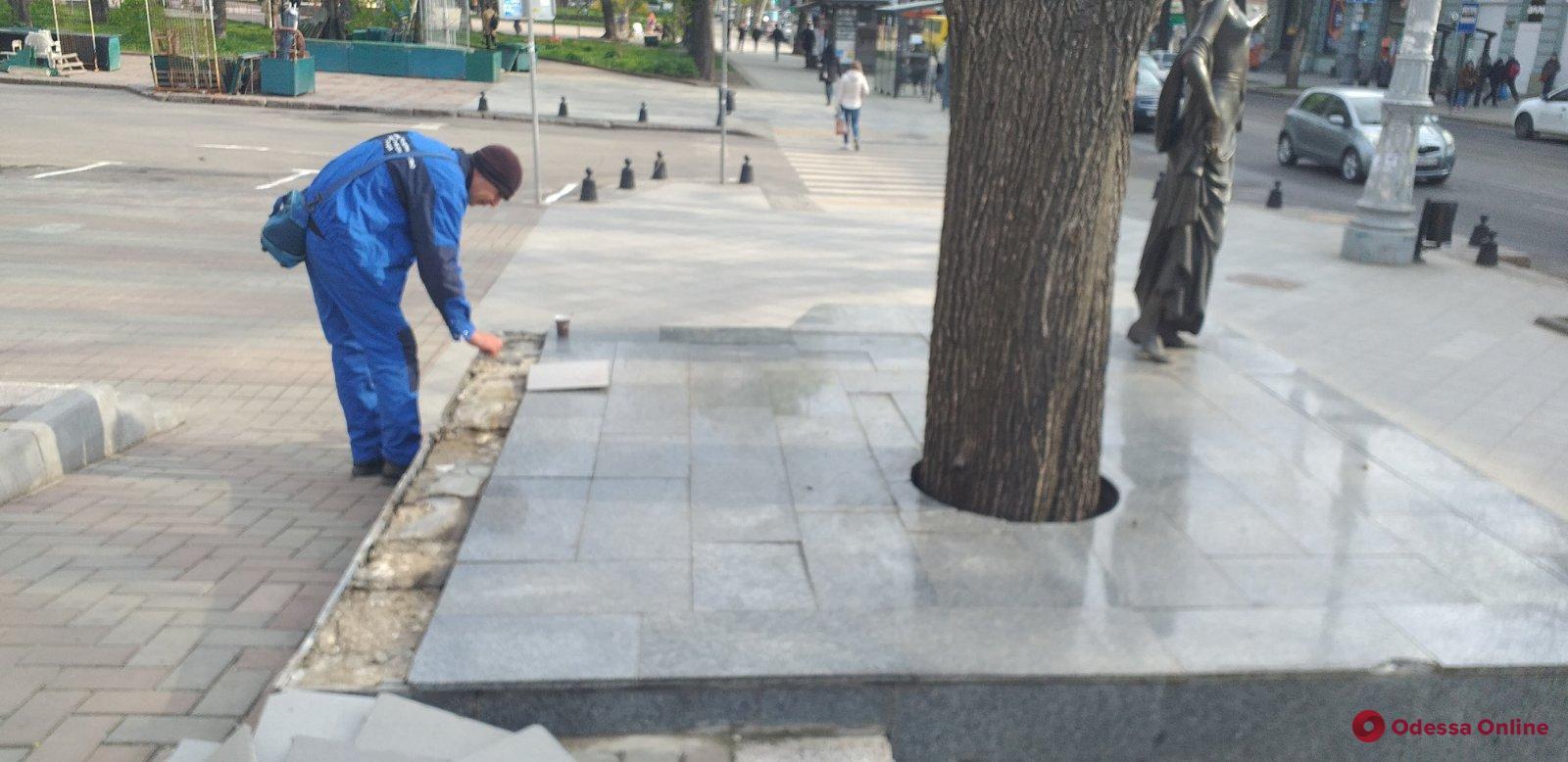 Вандалы повредили плитку у основания памятника Вере Холодной (фото)