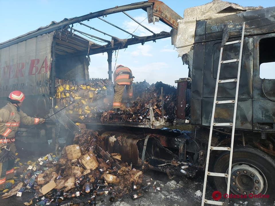 Под Одессой дотла сгорел грузовик с вином (фото)