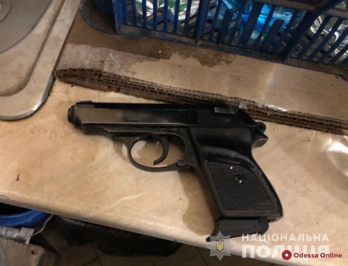 Одессит с пистолетом устроил в стоматклинике дебош из-за плача 5-летней дочери