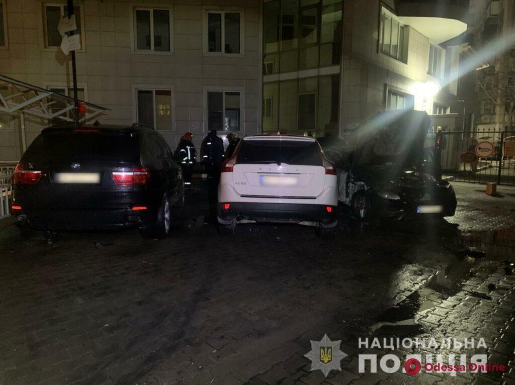 В Одессе ночью подожгли автомобиль – огонь перекинулся на соседние машины