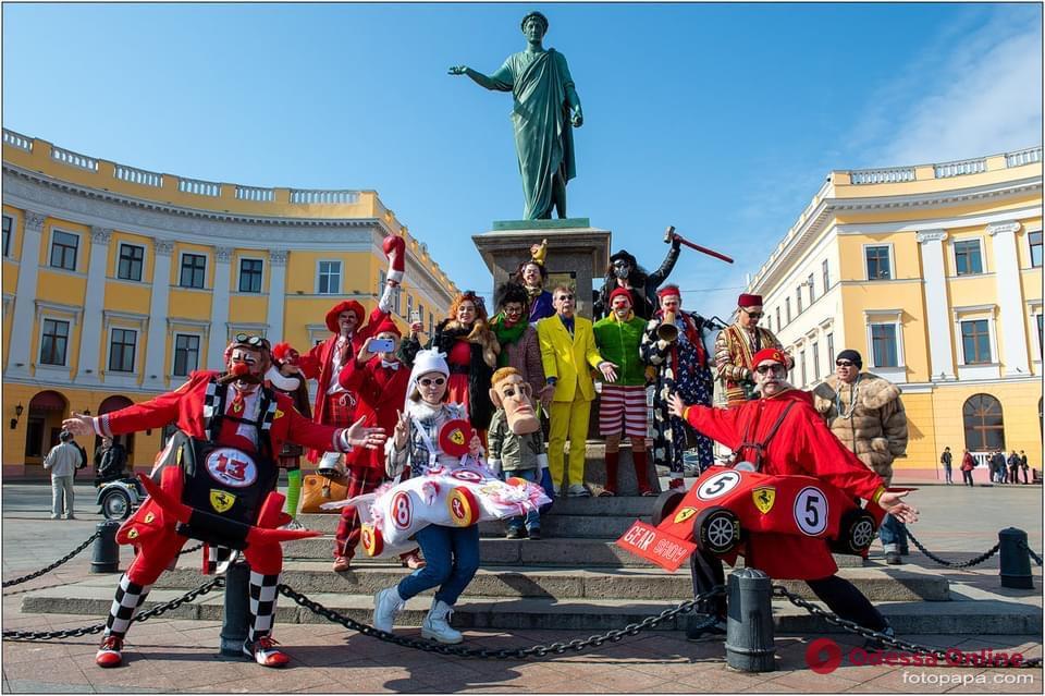 В День смеха клоуны устроили праздничную фотосессию возле Дюка