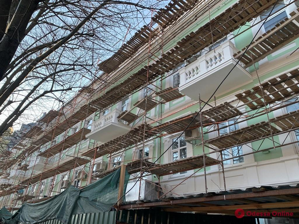 В Одессе продолжается ремонт фасадов и крыш исторических зданий