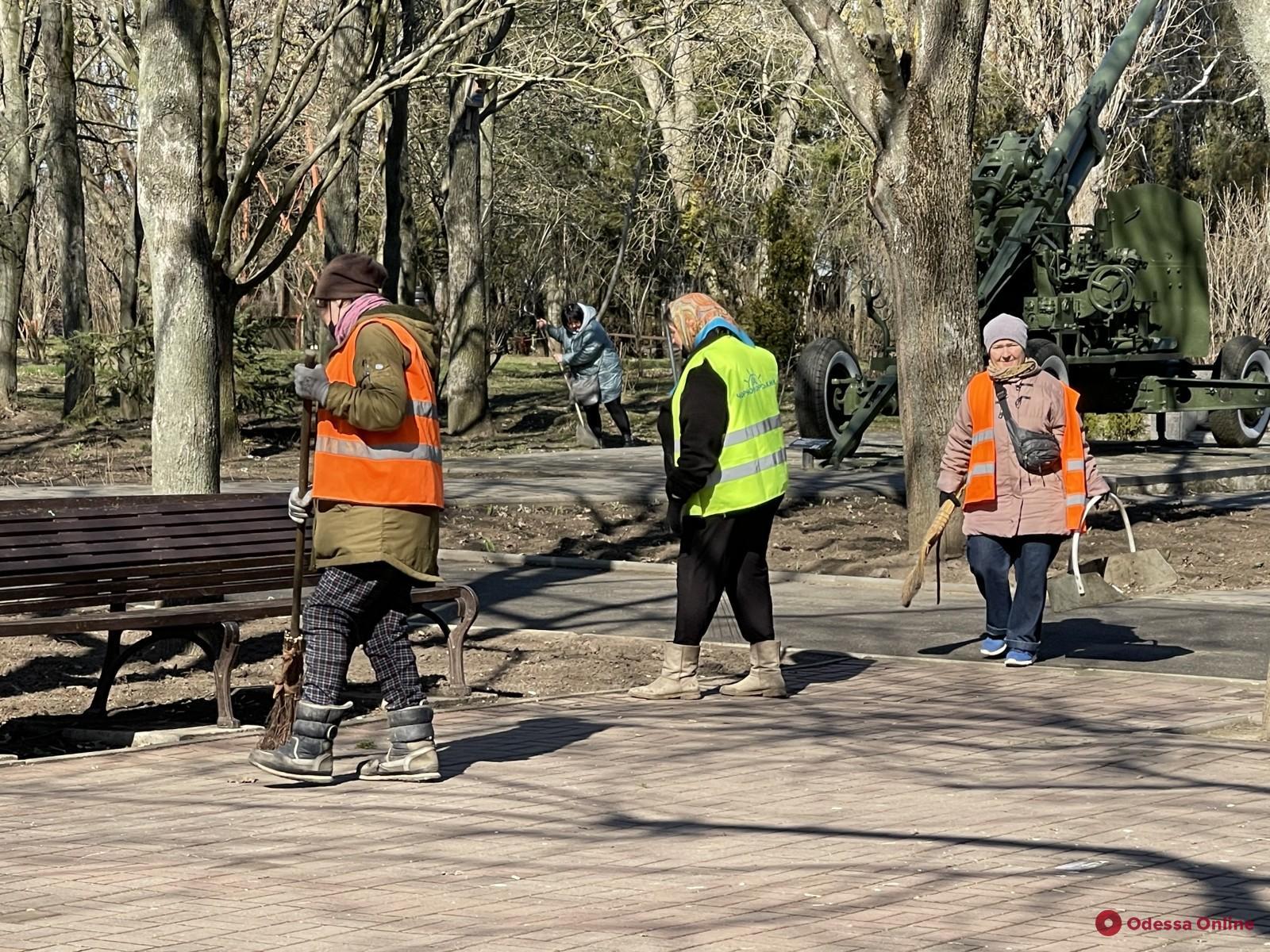 В Одессе коммунальщики и волонтеры накануне Дня освобождения города провели масштабный субботник